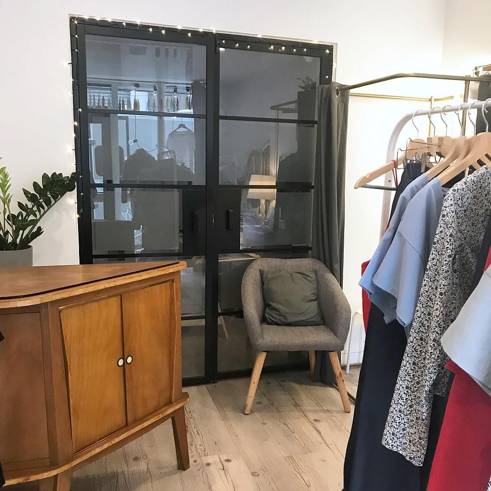 Comptoir boutique avec fauteuil et vêtements