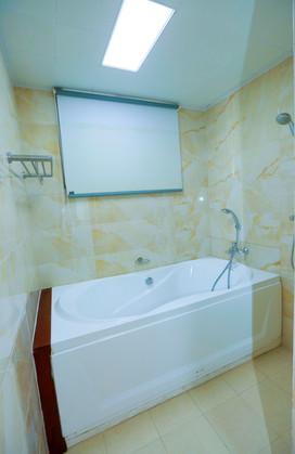 Bathroom_bathtub-leftside.jpg