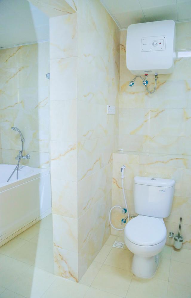 Bathroom_toilet-in the middle.jpg