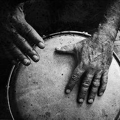 zwei Hände die gerade Trommeln zur einstimmunng auf die schamanische Ausbildung da dies ein Teil von der Ausbildung ist