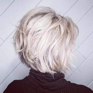 💗 #bumbleandbumble #blondehair #bobhair
