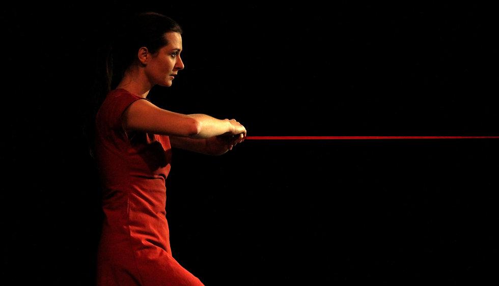 Danzatrice vestita di rosso su fondo nero