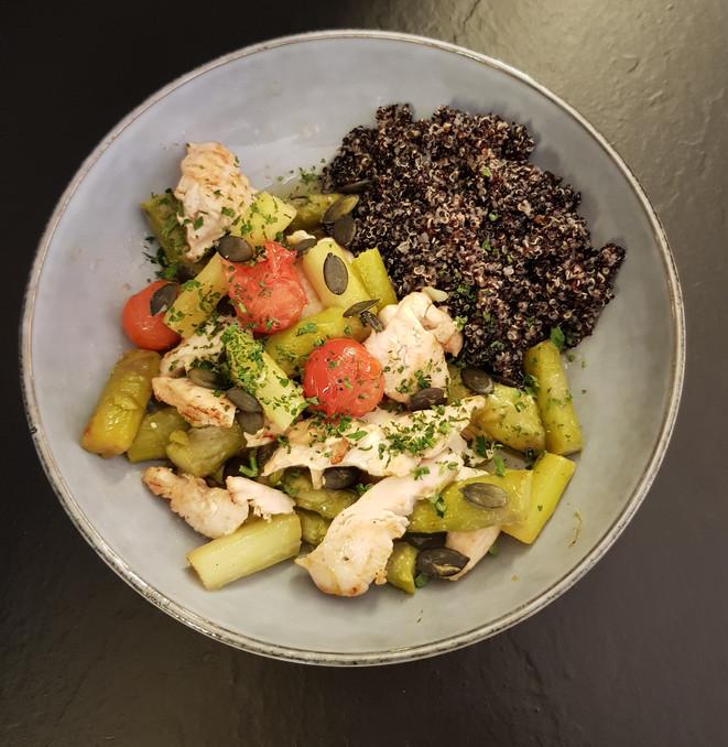 Bowl quinoa noir, poulet, asperge verte et graines de courge
