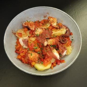 Poulpe à la galicienne: pomme de terre, poivron rouge, poulpe et pimentos