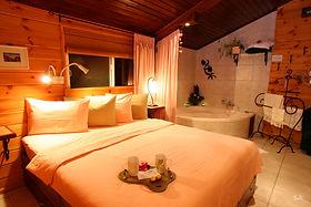 חדר השינה והג'קוזי.jpg