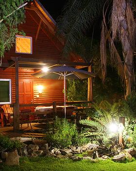 מבט לבית עץ בלילה.jpg
