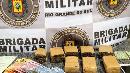 Brigada Militar de Ijuí prende dois homens e apreende um adolescente por tráfico de drogas