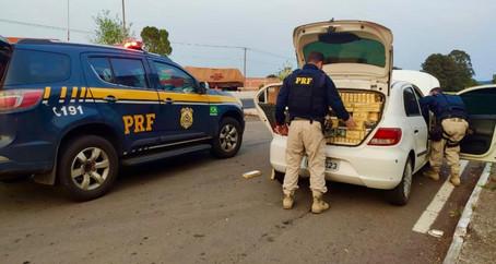PRF prende contrabandista em carro carregado com cigarros paraguaios em Passo Fundo