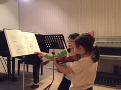 女の子のヴァイオリンレッスン