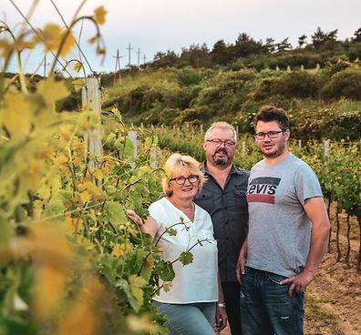 Familie im Weingarten