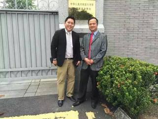 总会长沈师潒及总秘书宋健达和中国大使馆两位秘书康伊明及翟毅勃进行了亲切的交流有关中国与大马电子商务的发展与趋势!
