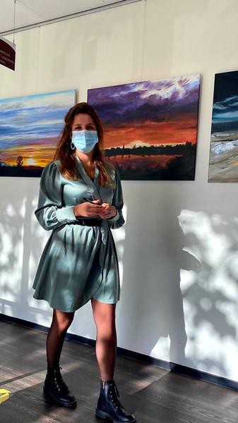 """In mijn werk laat ik mij inspireren door kleurcontrasten die ik tegenkom in het dagelijks leven. Voor de expositie """"Lucht"""" liet ik mij vooral inspireren door de mooie luchten in Valkenburg ZH en omgeving bijvoorbeeld tijdens het windsurfen op het Valkenburgsmeer. De stijlen contrasteren met elkaar door het minimalistische/moderne tegenover de vaak kleurrijke realiteit te zetten. De schilderijen zijn gemaakt met Acrylverf op Doek. Hierbij maak ik gebruik van diverse technieken, zoals de nat-in-nat techniek, om vloeiende kleur overgangen te creëren in de luchtschilderijen en in ander abstractere werken."""