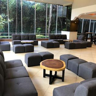 sala negro oxford de tela con mesa de parota