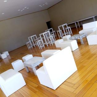 sala blanca de vinil con mesa vintage