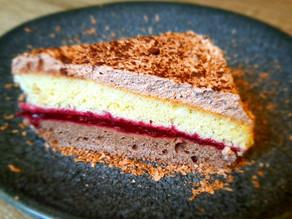 Vegetarische caketaart met een bramentwist