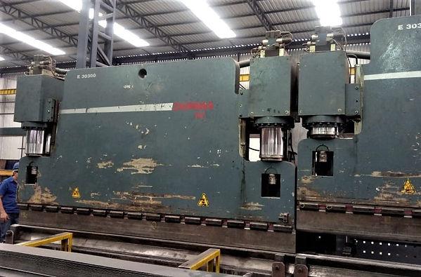 prensa dobradeira 3000 x 300 ton.jpg