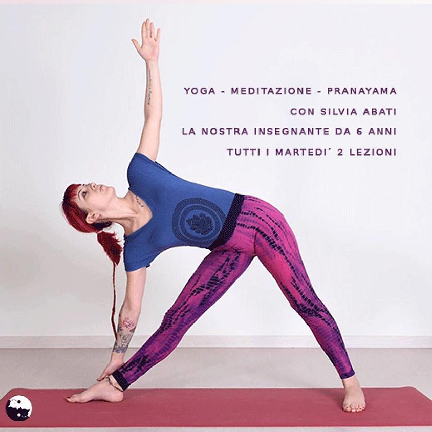 YOGA lezioni serali in gruppo adatte a tutti. meditazione, esercizi e respirazione