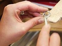 Fabrication d'une bague par un bijoutier.