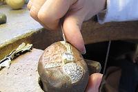 Setissage de diamants par un sertisseur.