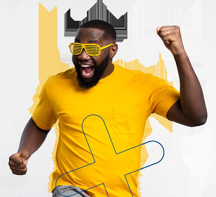 Homem sorrindo com óculos amarelo