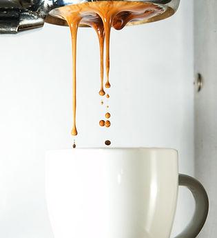 hælde kaffe