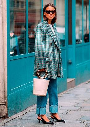 femme élégante avec chaussures à talons, chaussures à petit talons, style, blazer, petit sac