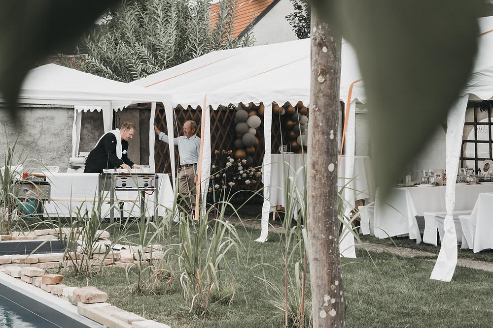 Das Festzelt ist aufgebaut, der Grillmeister bereitet sich vor, bald kann die Taufe losgehen