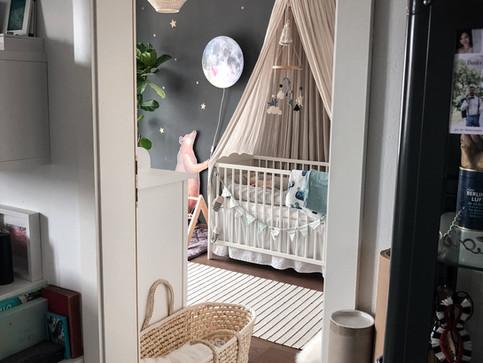 Das Babyzimmer mit der schwarzen Wand