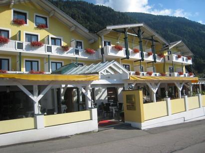 Haupthaus - Eingang mit Terrasse