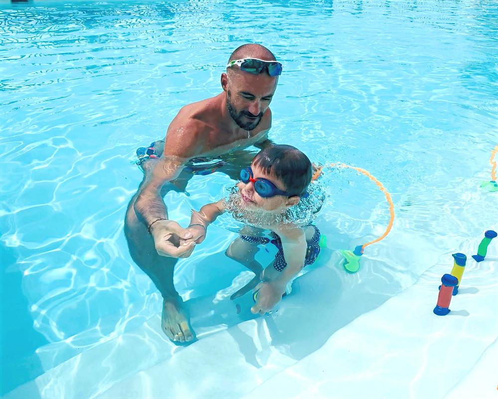 Morgan enseigne la natation à un enfant à Sainte Maxime
