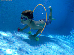 Leçon de natation enfant sous l'eau en p