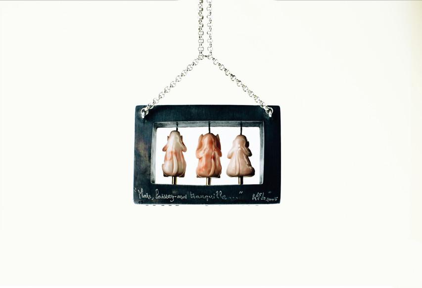 """Pendentif / MAIS LAISSEZ-MOI TRANQUILLE / exposition """"Jeaux d'enfants"""""""