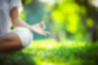 position de yoga sur l'herbe