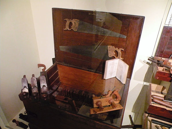 cabinetmakers chest, detail