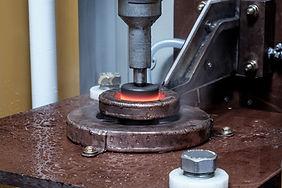 İndüksiyon yüzey sertleştirmede parçanın yüzeyinden belirli bir derinliğe kadar parça sertleştirilir.