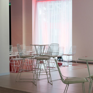 White arrow stool with wire table