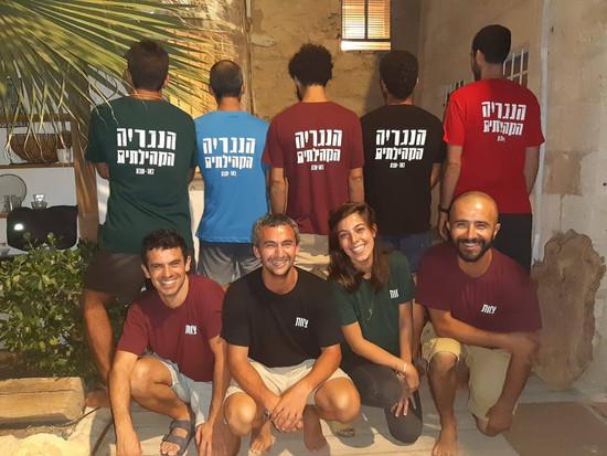 צוות עם חולצות.jpg