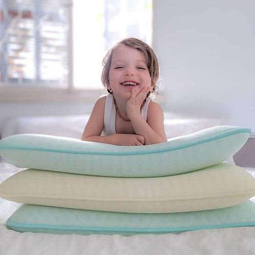 ילדון מתוק על ערימת כריות שינה של איזינייטס