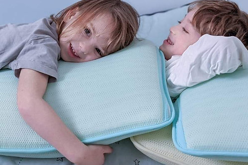 ערימת כריות שינה וילדים