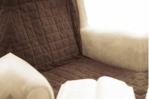 מגן מושב חום גדול מונח על ספה
