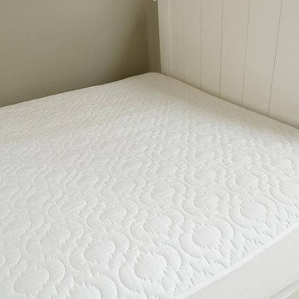 מגן מזרן מבית ברולי פרוס על המיטה