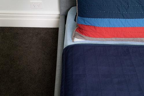 מגן מזרון למיטת יחיד צבע כחול כהה - תקריב לפינה