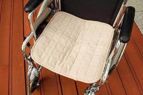 מגן מושב בצבע בז' מונח על כסא גלגלים