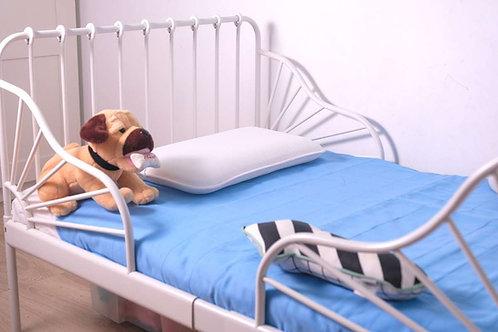 ברולי תכלת על מיטת מעבר