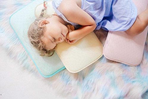 יולי ישנה על ערימת כריות של איזינייטס