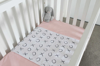 ברולי למיטת תינוק-חיבוקים ונשיקות2.jpg