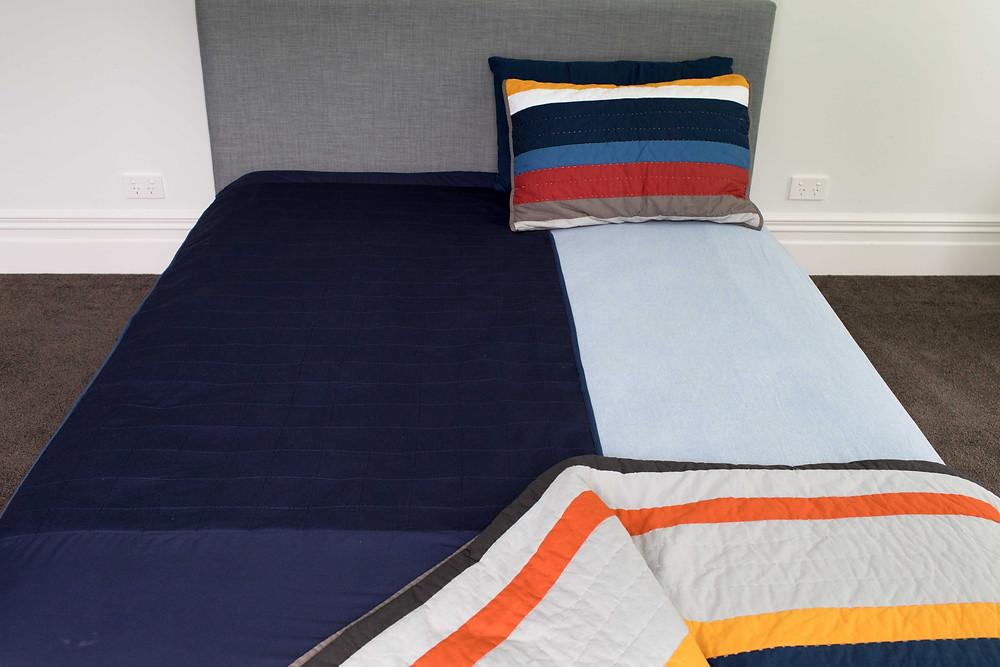 ברולי עם כנפיים למיטה זוגית מונח לאורך המיטה