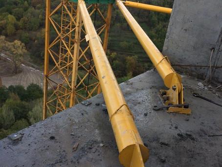 Крепление (пристежка) башенного крана МК160 GC Peiner System к перекрытию здания.