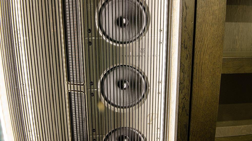 Встраиваемые акустические системы Steinway & Sons Model LS в гостиной.