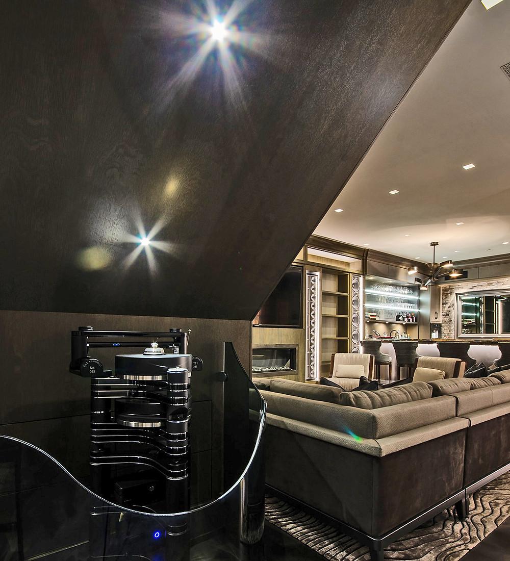 Проигрыватель виниловых пластинок Clearaudio Innovaton и стерео система Steinway & Sons (Steinway Lyngdorf).
